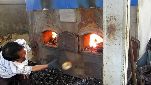 Cách sấy gỗ thủ công là dùng lò đốt thủ công để làm