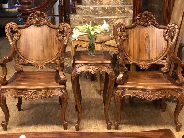 Một bộ bàn ghế sang trọng làm từ gỗ gụ.