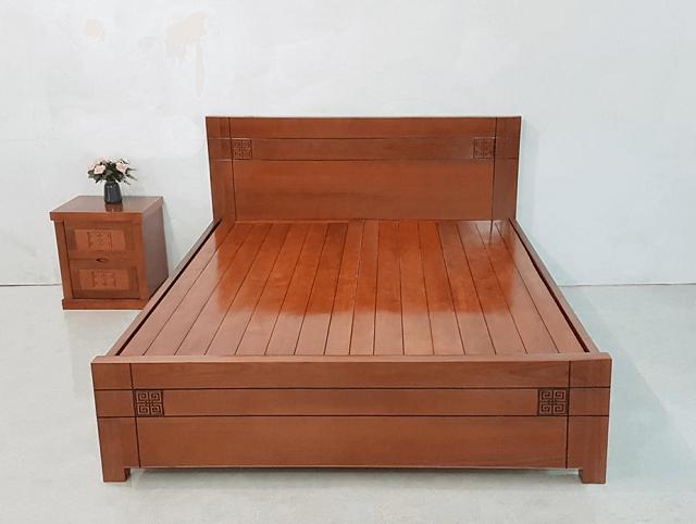 Giường gỗ xoan đào.