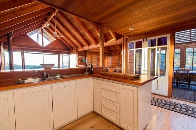 Nhà xây bằng gỗ tràm