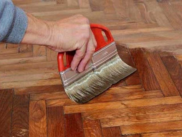 Phương án phủ sơn, vecni cho đồ gỗ là cách kiểm soát mối mọt hiệu quả.